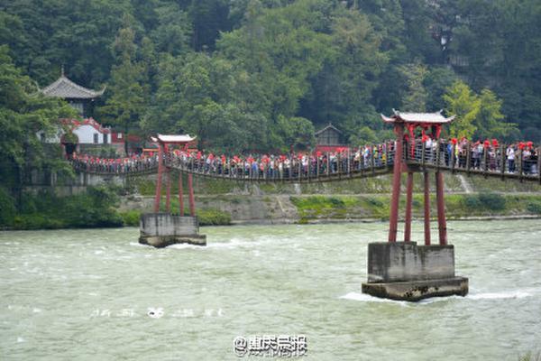 四川都江堰景区近千人挤上铁索桥