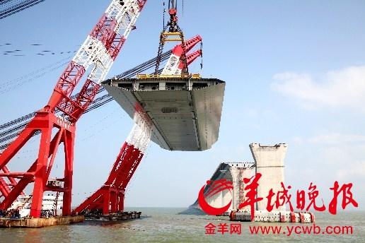 吊装采用(4000吨)起重船和(2600啊)自航起重船抬吊安装,两艘浮吊各图片