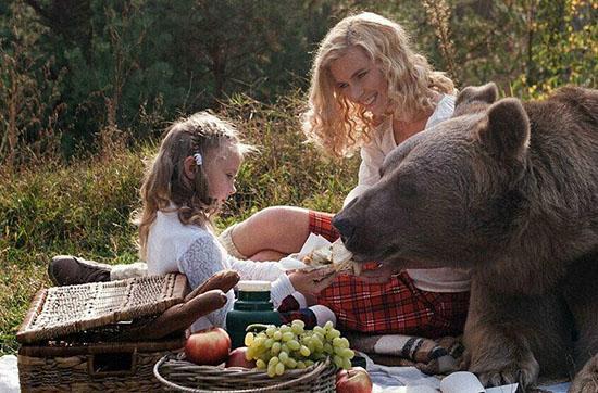 名模萌娃与熊野餐(图)棕熊出生后曾被遗弃