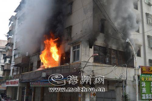丰顺县汤坑镇一民房着火 无人员伤亡