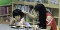 亲子阅读营造家庭文明好氛围。 林翔摄 - Meizhou.Cn