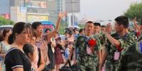 新兵家属欢送新兵进站。(高讯 摄) - Meizhou.Cn