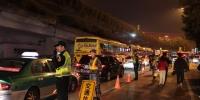 执法人员夜间开展出租车营运秩序整治行动 - 新浪广东