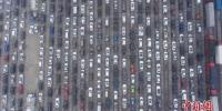 2月22日,航拍海口市新海港码头数千辆排队等待过海的滞留车辆。新社记者 骆云飞 摄 - 新浪广东