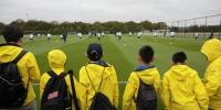 9位中国球童在场边观看热刺一线球员训练 - 新浪广东