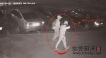 盗窃高档小汽车后视镜的犯罪嫌疑人正在寻找作案目标 警方供图 - 新浪广东
