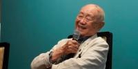 黄永玉在18日晚的导赏会上,94岁的他看起来精神矍铄 杜洋 摄 - 新浪广东