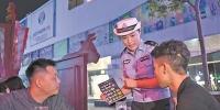 交警在酒吧里进行拒绝酒驾宣传。广州日报全媒体记者邱伟荣 摄 - 新浪广东