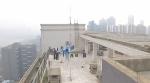 看着都危险!26层楼顶天台成网红拍照地 路人误以为跳楼报警 - News.Timedg.Com