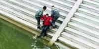 一女子失足落水 环卫工下水救人 - 广东大洋网