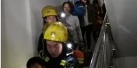 广东茂名支队-信宜市东镇竹山街丽圩荣华苑二楼着火,消防员紧急处置 - 消防局