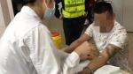 一男子在明珠路单膝下跪哭喊 说女儿在医院等着急救 - 新浪广东