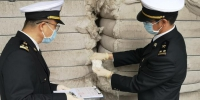 广州海关所属佛山海关驻高明办事处关员对进口棉花进行查验。谭绮红 摄 - 新浪广东