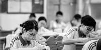 昨日,在海珠区97中的教室里,记者看到大多数学生都摘下口罩。 - 新浪广东