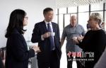 中国科学院院士、广东以色列理工学院校长龚新高和在校老师亲切交流。 作者 广以宣 - 中国新闻社广东分社主办